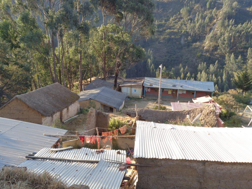 Keraya - im Vordergrund ein paar Häuser mit Fleisch zum Trocknen rausgehängt, im Hintergrund die Schule (in rot) von Keraya